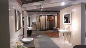Verschiedene Keramikfliesen in Badezimmern in unserer Ausstellung beim Bayerischen Fliesenhandel.