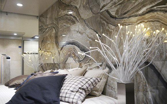 Wohnidee mit großen Marmorfliesen
