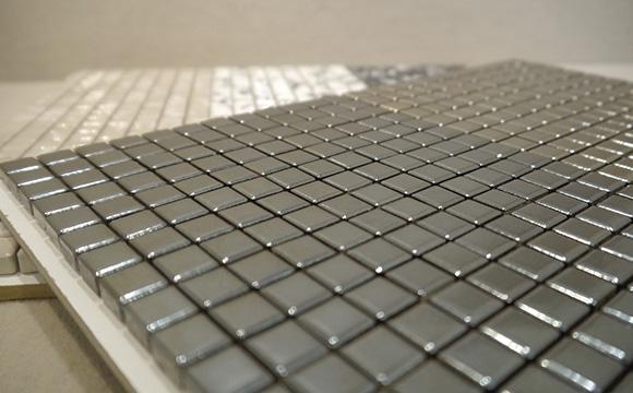 Schwarze Mosaike in unserer Fliesenausstellung in München