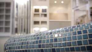 Mosaike in blauer Farbe in unserer Fliesenausstellung.