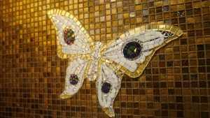 Schmetterling als Wandbild mit Mosaiksteinen