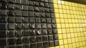 Mosaike in verschiedenen Formen und Farben, zum Beispiel schwarz oder gelb.