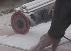 Beim Fliesenverlegen kann auch ein Winkelschleifer eingesetzt werden.