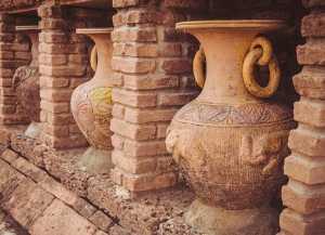 Terracotta-Ziegel und -Vasen