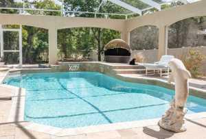 Pool aus Naturstein und blauen Fliesen