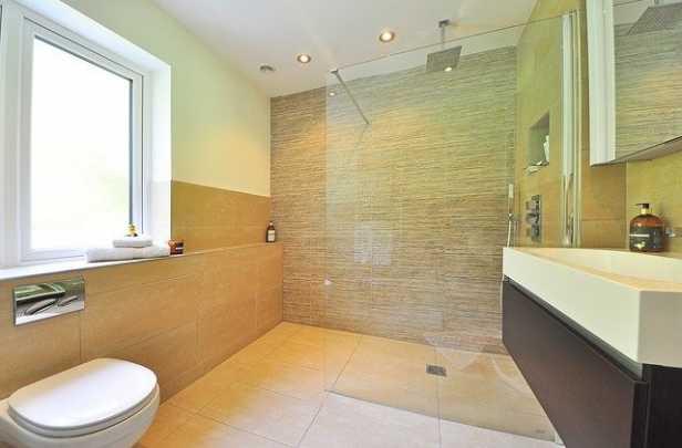 Beige Wand- und Bodenfliesen fürs Bad.